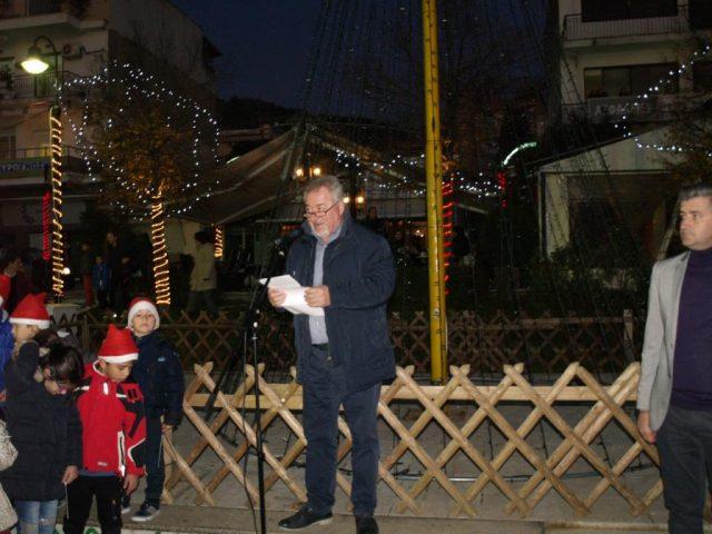 Ήγουμενίτσα: Ο Δήμαρχος Ηγουμενίτσας Γ.Λώλος άναψε το χριστουγεννιάτικο δέντρο και καλωσόρισε τα Χριστούγεννα (+ΒΙΝΤΕΟ)
