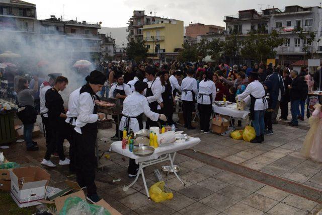 Ήγουμενίτσα: Γιορτάστηκε η Τσικνοπέμπτη στην Ηγουμενίτσα κόντρα στις άσχημες καιρικές συνθήκες (+ΦΩΤΟ)